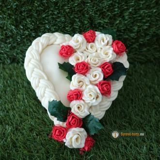 EXKLUZÍVNÁ SYROVÁ TORTA NA DREVENOM PODNOSE: malé srdce - červené