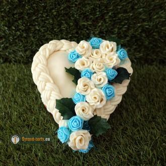 EXKLUZÍVNÁ SYROVÁ TORTA NA DREVENOM PODNOSE: malé srdce - modré
