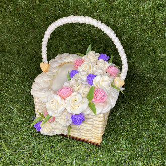 EXKLUZÍVNA SYROVÁ TORTA NA DREVENOM PODNOSE: rúžovo fialový košík
