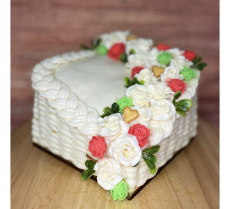EXKLUZÍVNA SYROVÁ TORTA NA DREVENOM PODNOSE: kocka